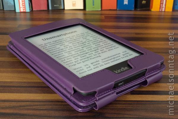 Kindle Paperwhite in Duragadgethülle für Kindle Touch (seitlich gesehen)