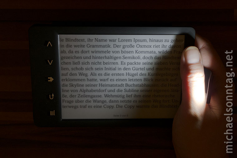 Sony_PRS-T3_Beleuchtung_im_querformat_mit_der_rechten_Hand_haltend