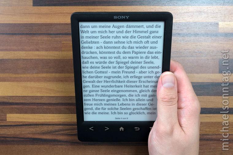 Sony_PRS-T3_in_der_Hand_haltend_Hochkant