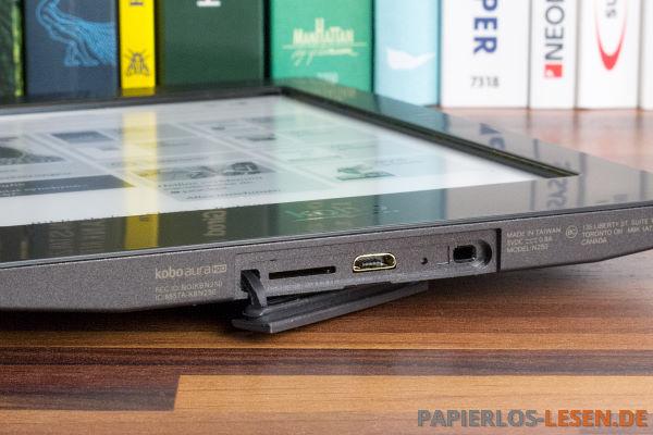 Unterseite mit USB-Anschluss, Kartenslot und Resetloch