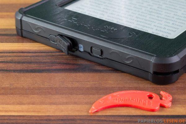 Unterseite mit Gummiklappe für USB-Anschluss (das rote Teil ist zum Öffnen der Hülle)