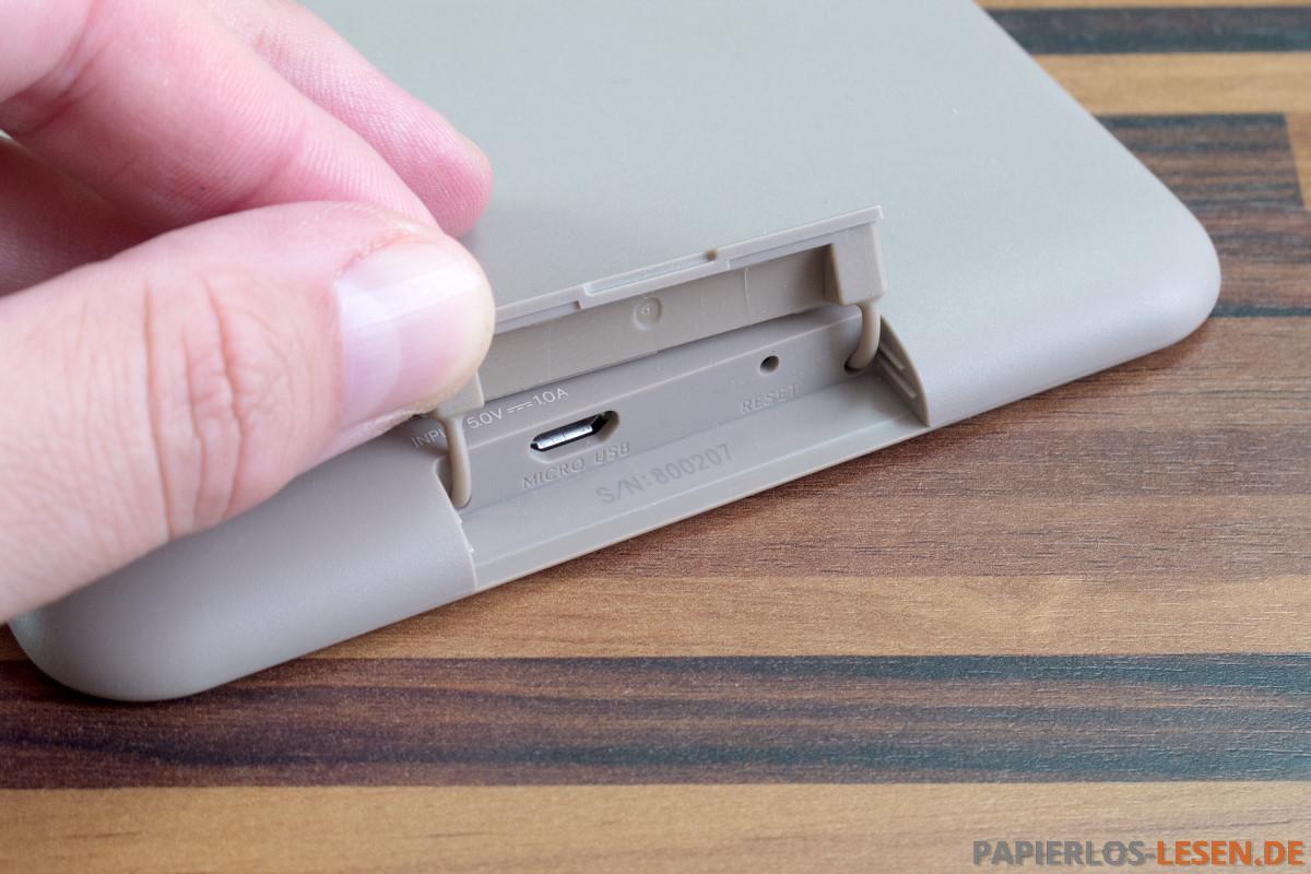 Unterseite Mit Micro USB Anschluss Hinter Einer Klappe