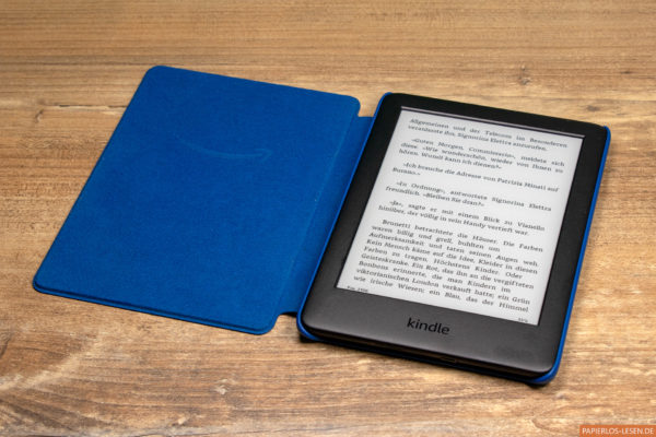 Amazons Kindle (2019) in der blauen Originalhülle