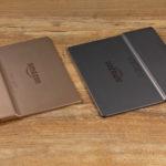 Kindle Oasis 2019: Rückseiten (links: gold und Unterseite mit Micro-USB-Anschluss; rechts: Grafit und Oberseite mit Powerknopf)