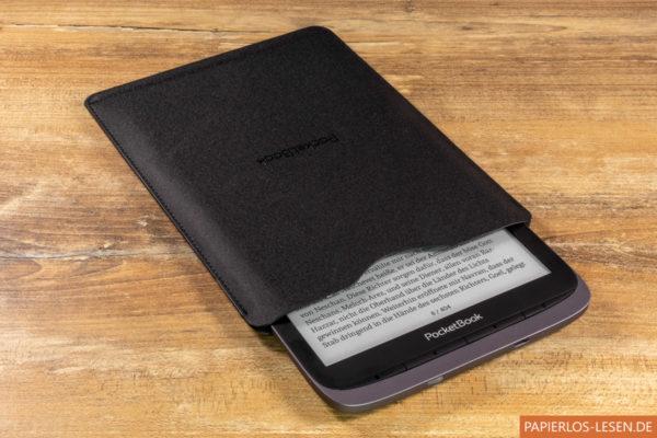 Wird der PocketBook Inkpad 3 Pro so in die Hülle geschoben, schaltet diese den Reader in den Standbymodus