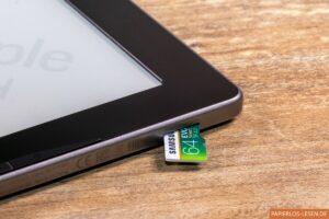 PocketBook Inkpad Lite: Micro-SD-Karte schaut aus dem Slot heraus